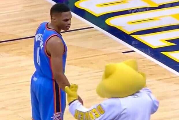 Encontronazo entre Russell Westbrook y la mascota de Denver