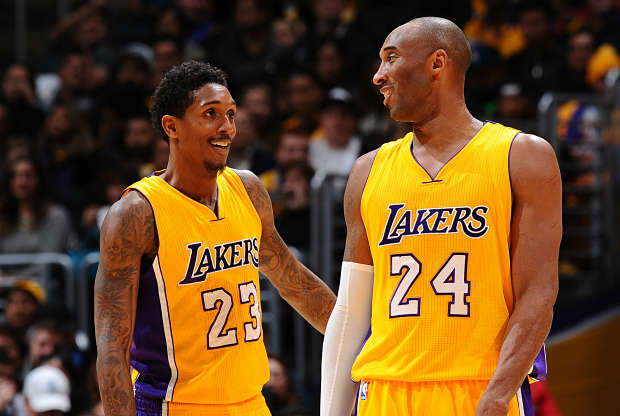 Lou Williams y Kobe Bryant durante un partido de los Lakers