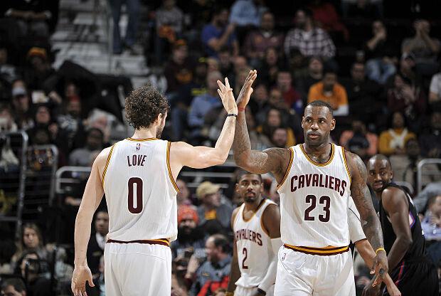 Kevin Love y leBron James, figuras en la victoria de Cleveland