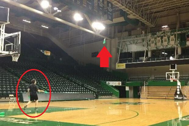 un malabarista se traslada a la cancha de baloncesto