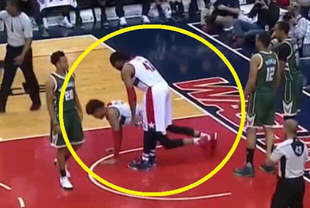 Un jugador de Washington Wizards hace flexiones