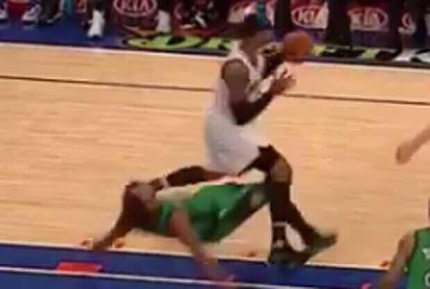 Marcus Smart acaba por los suelos en su defensa sobre Carmelo Anthony