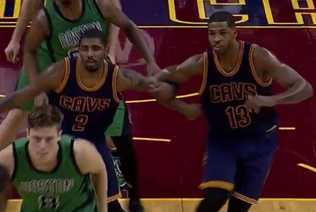 Kyrie Irving y Tristan THompson, jugadoresCleveland Cavaliers