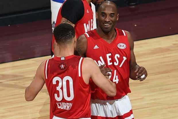 Stephen Curry choca la mano con Kobe Bryant