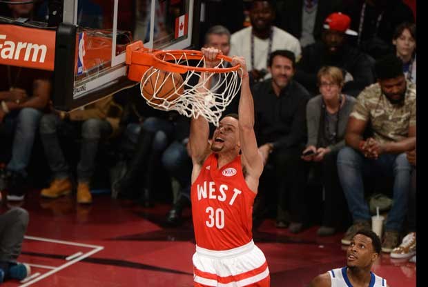 Stephen Curry hace un mate en el All-Star Game