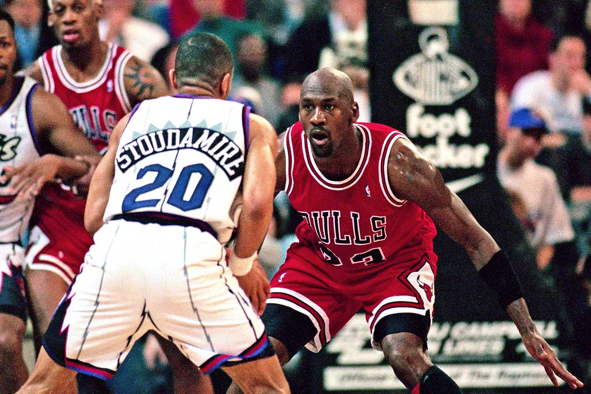Damon Stoudamire, ante la defensa de Michael Jordan