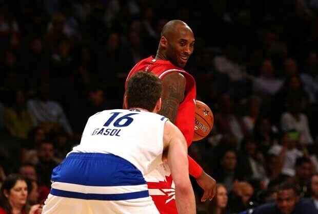 Pau Gasol defiende a Kobe Bryant