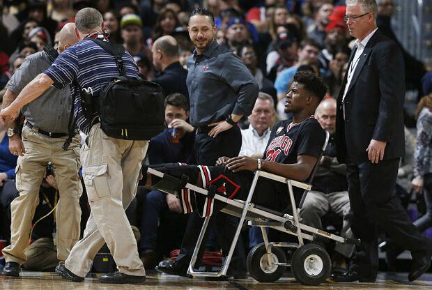 Jimmy Butler deja la cancha lesionado
