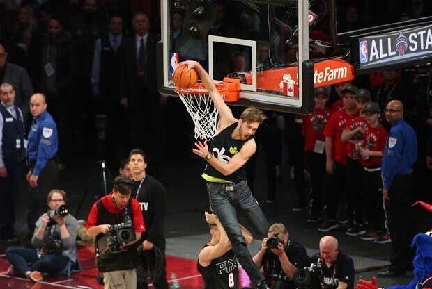 Jordan Kilganon hace un mate en el descanso del All-Star Game