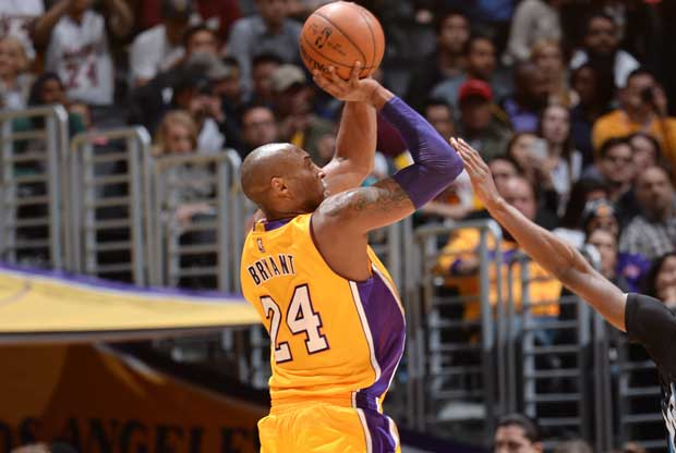 Kobe Bryant lanza a canasta ante la defensa de un rival
