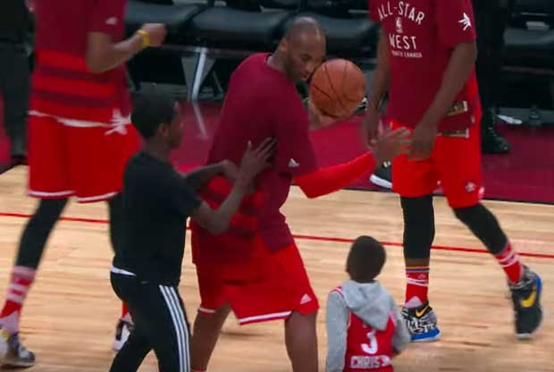 Kobe Bryant se divierte con los hijos de Chris Paul y Dwyane Wade