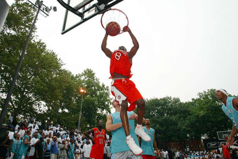 Kobe Bryant jugando en el Rucker PArk