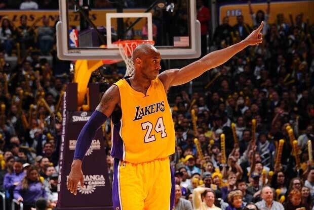 Kobe Bryant celebra una canasta