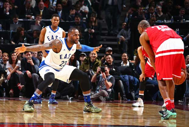 LeBron James defiende a Kobe Bryant