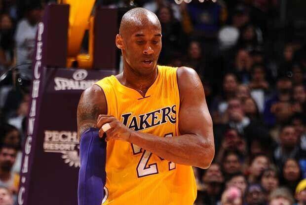 Kobe Bryant se ajusta un calentador