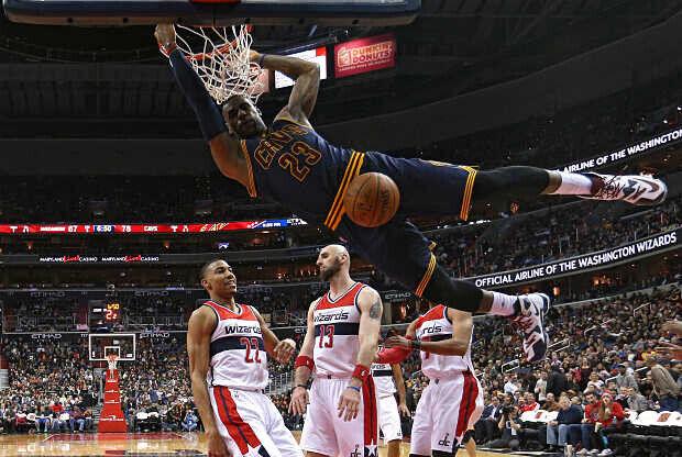 LeBron James se cuelga del aro
