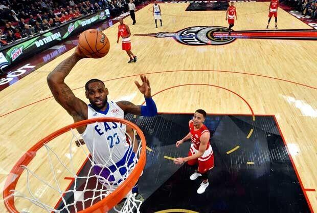 LeBron James hace un mate en el All-Star Game