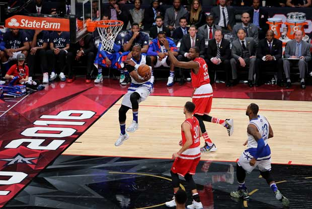 LeBron James baja un 'alley-oop' en el All-Star Game