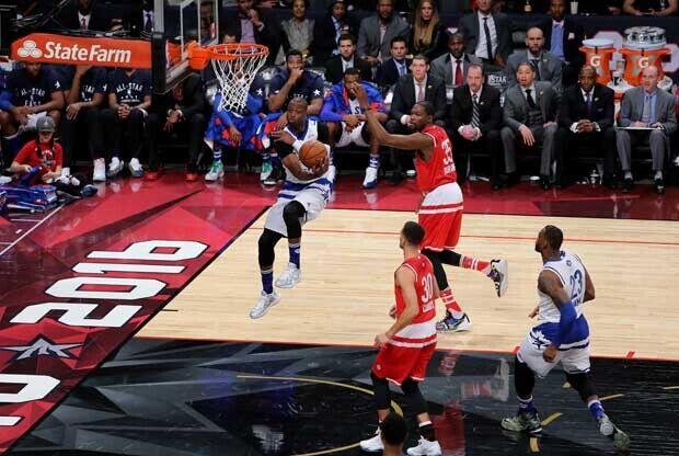 LeBron James baja un 'alley-oop' en el All-Star Game