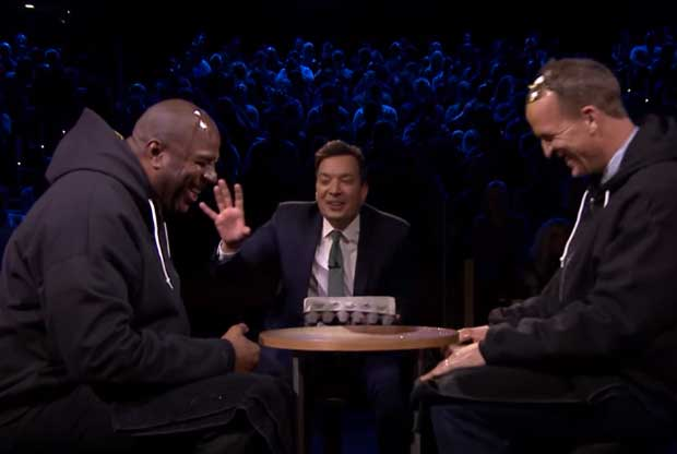 Magic Johnson y Peyton Manning juegan a la ruleta rusa con huevos