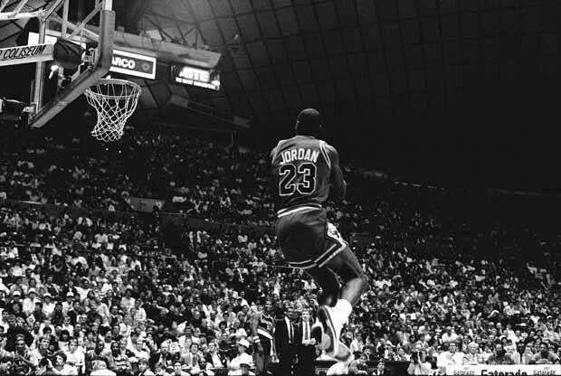 Michael Jordan vuela en un concurso de mates