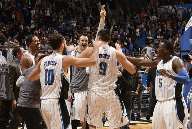 Orlando Magic celebra una canasta del NBA Top 10