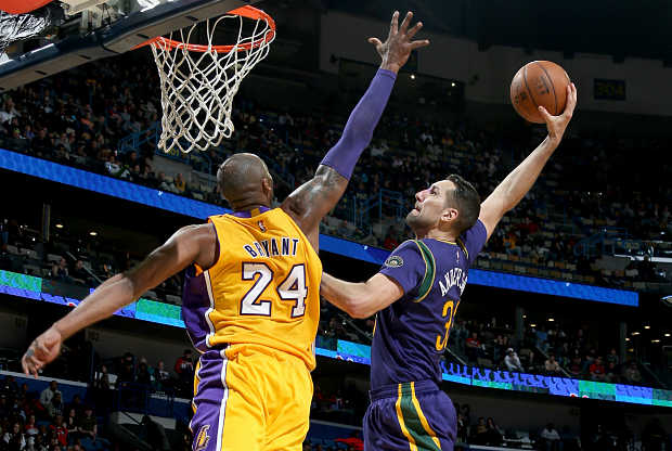 Ryan Anderson machaca sobre Kobe Bryant