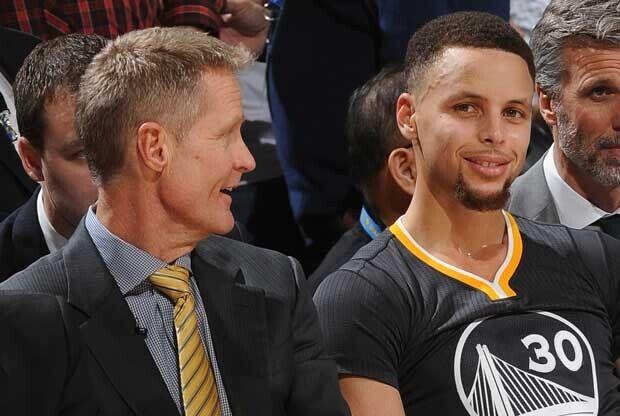 Stephen Curry se ríe en el banquillo con Steve Kerr