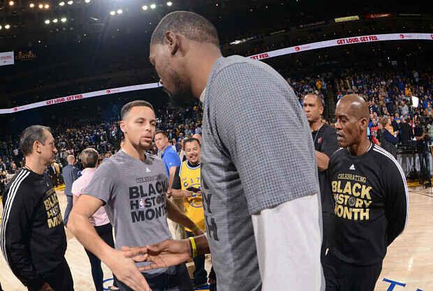 Stephen Curry y Kevin Durant se saludan