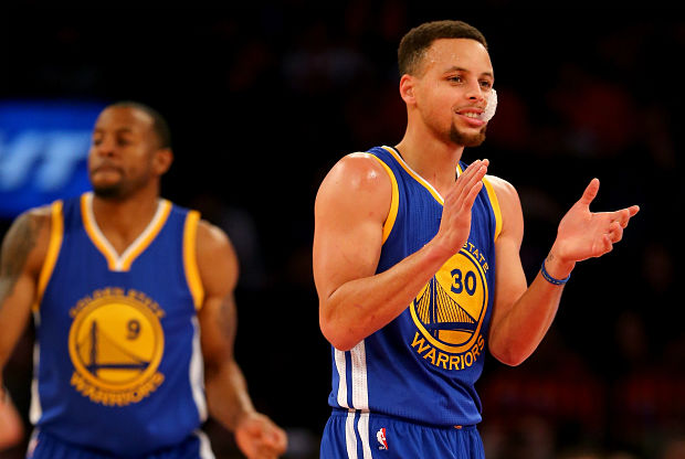 Stephen Curry celebra una jugada