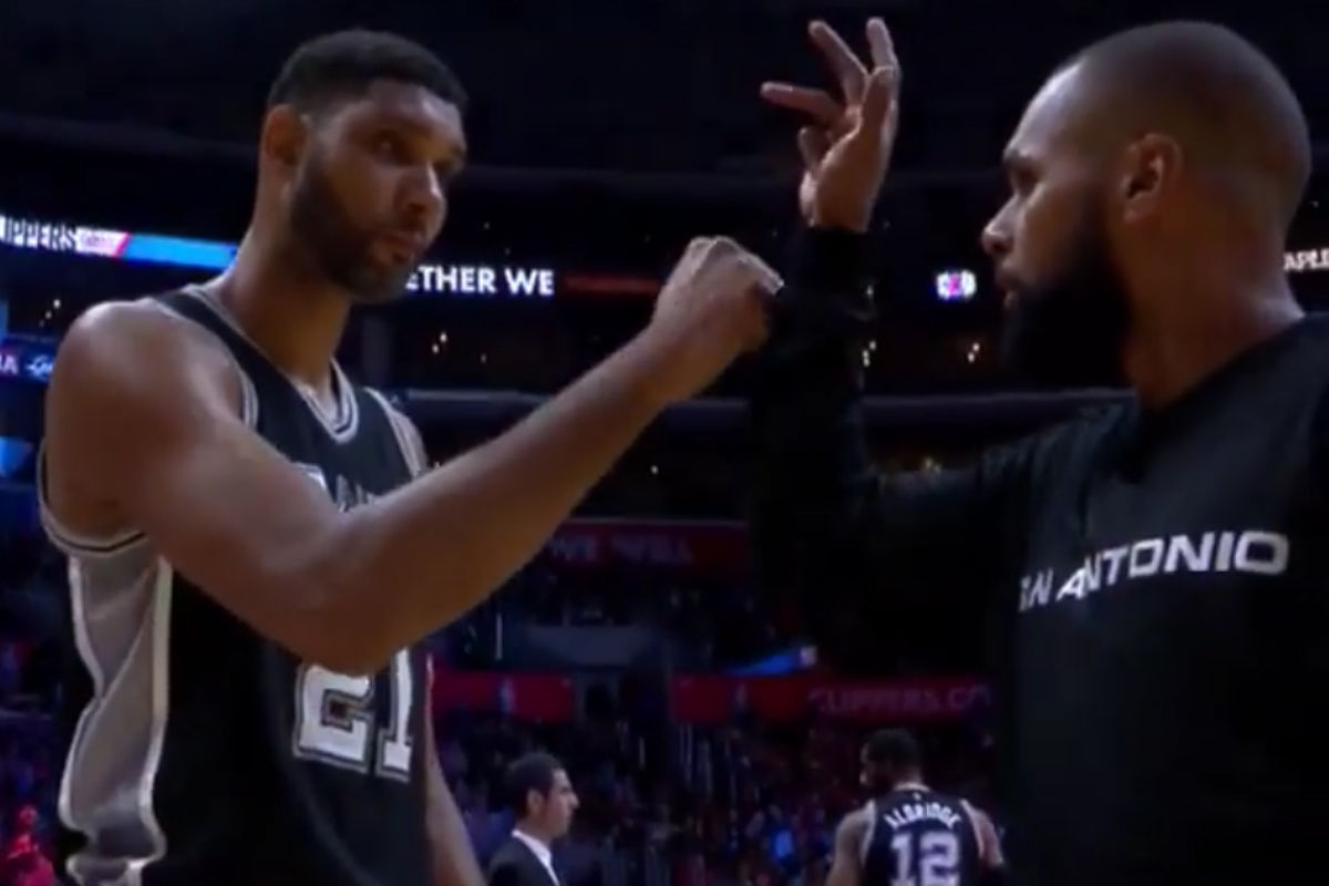 Tim Duncan saludando a un compañero