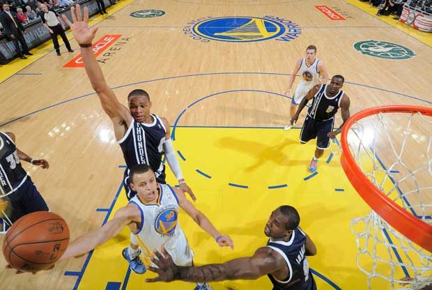 Russell Westbrook tapona a Stephen Curry