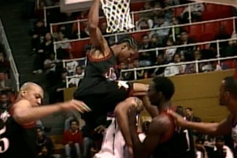 Allen Iverson se cuelga del aro