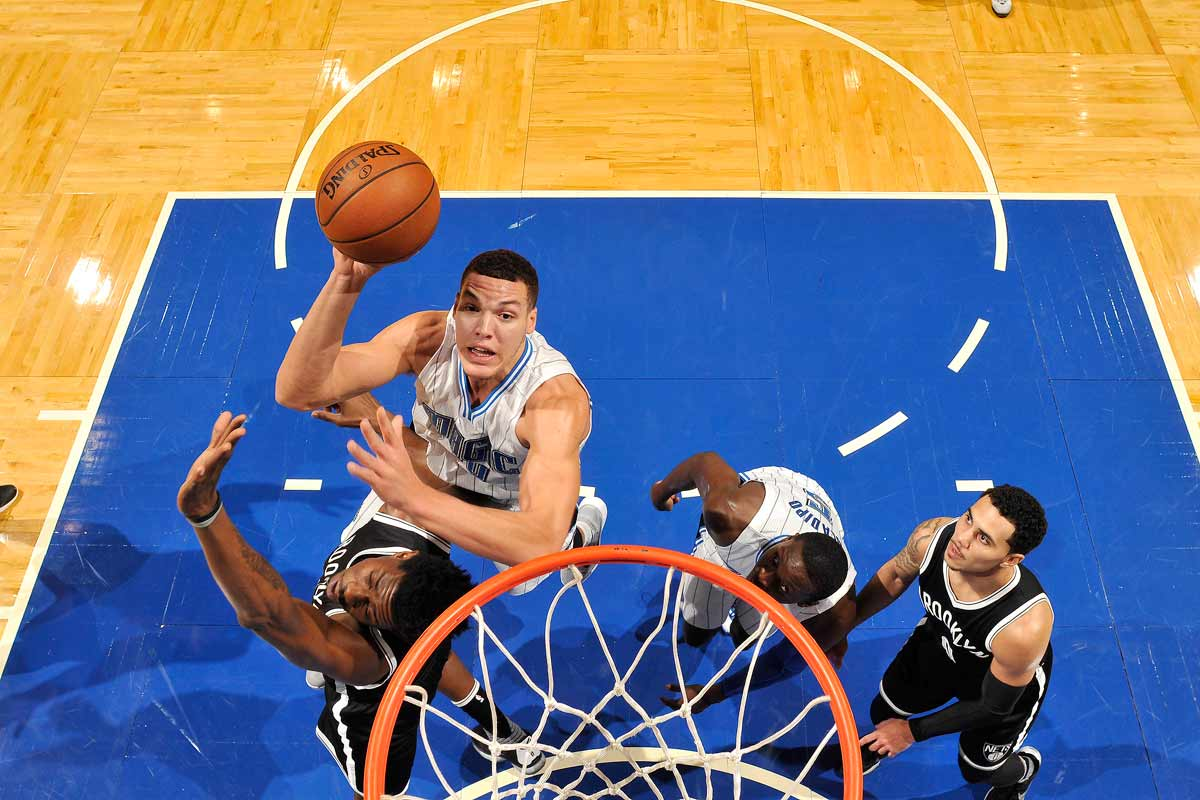 Aaron Gordon arrolla a un defensa de Brooklyn