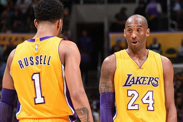 Kobe Bryant y D'Angelo Russell hablando