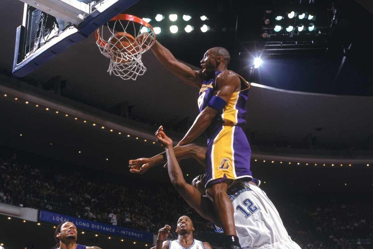 Kobe Bryant hizo un mate bestial sobre Dwight Howard