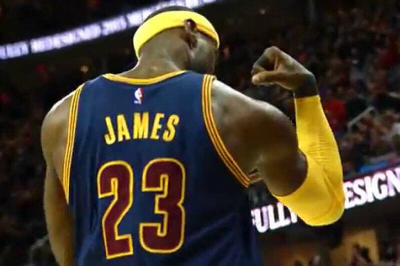 LeBron James muestra músculos