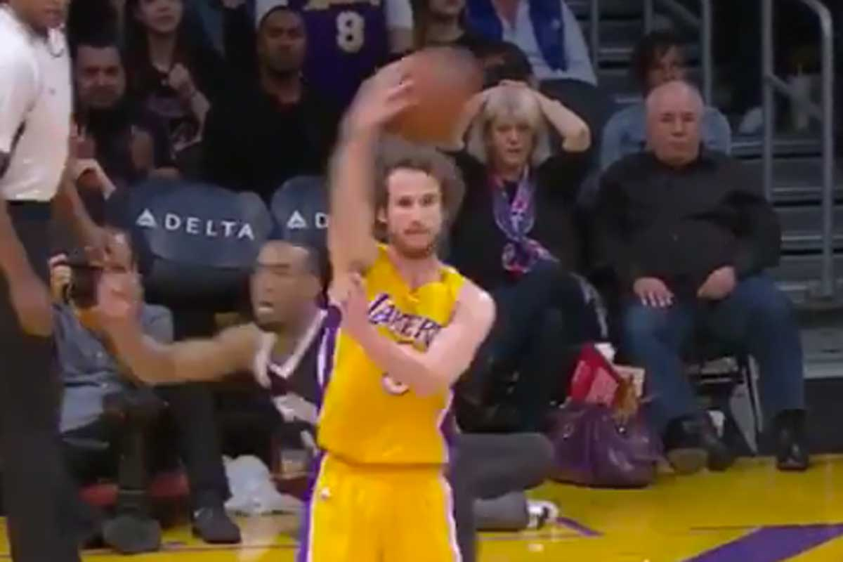 Marcelinho Huertas asiste a Larry Nance Jr. con un 'no-look pass'