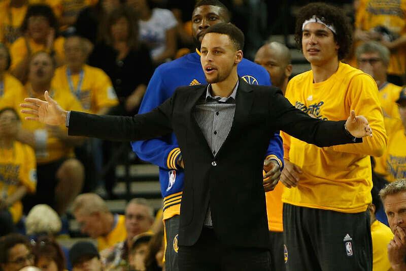 Stephen Curry en el banquillo