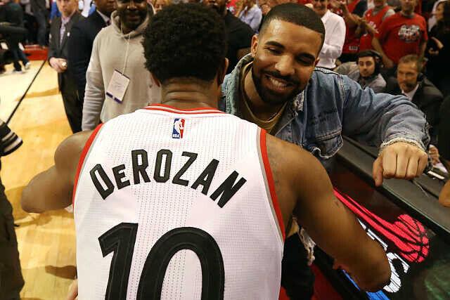 DeMar DeRozan y Drake se saludan