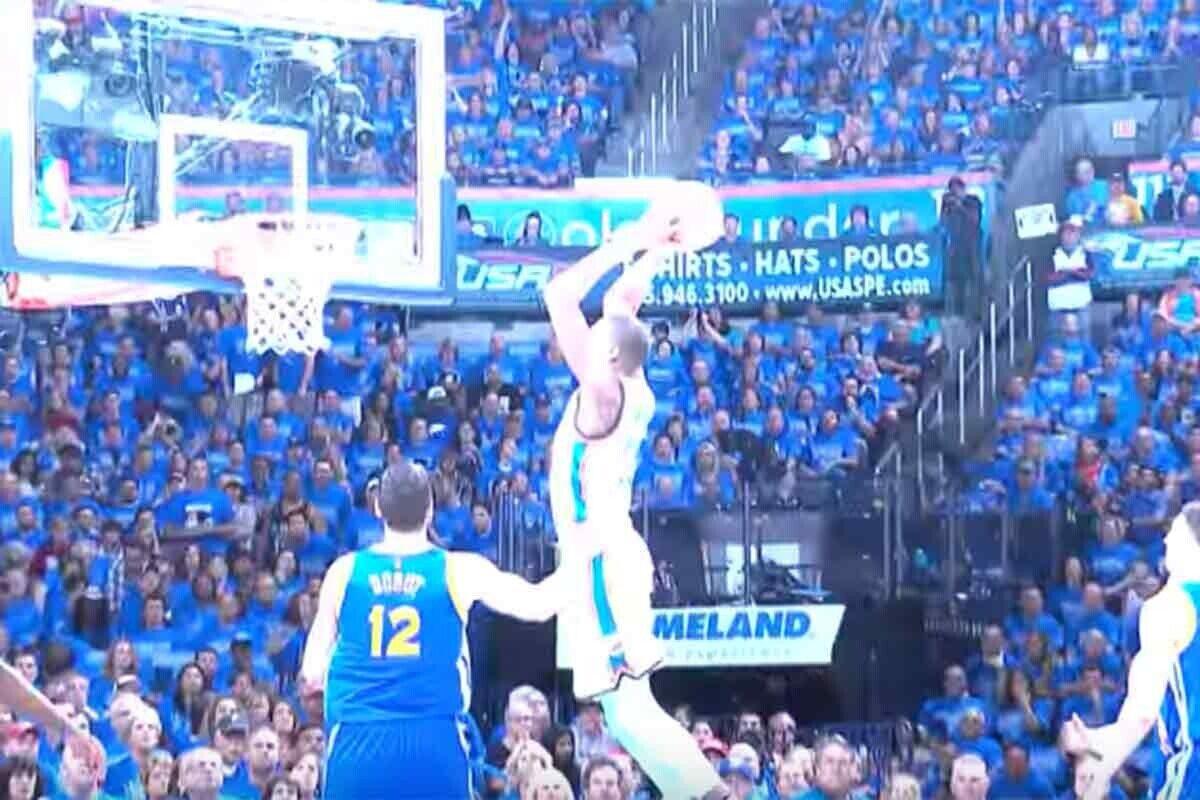 Kevin Durant hunde el aro