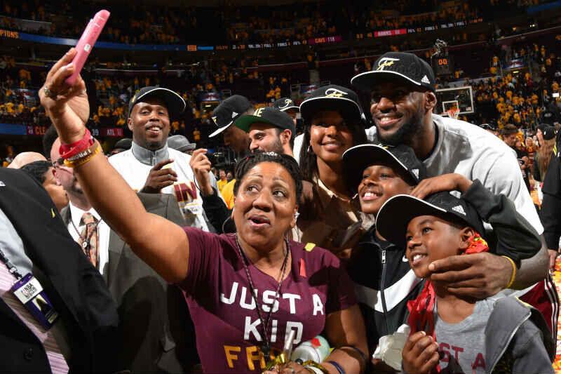 LeBron James familia