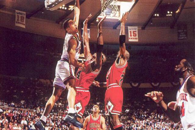 Michael Jordan y John Starks se encuentran en el aire
