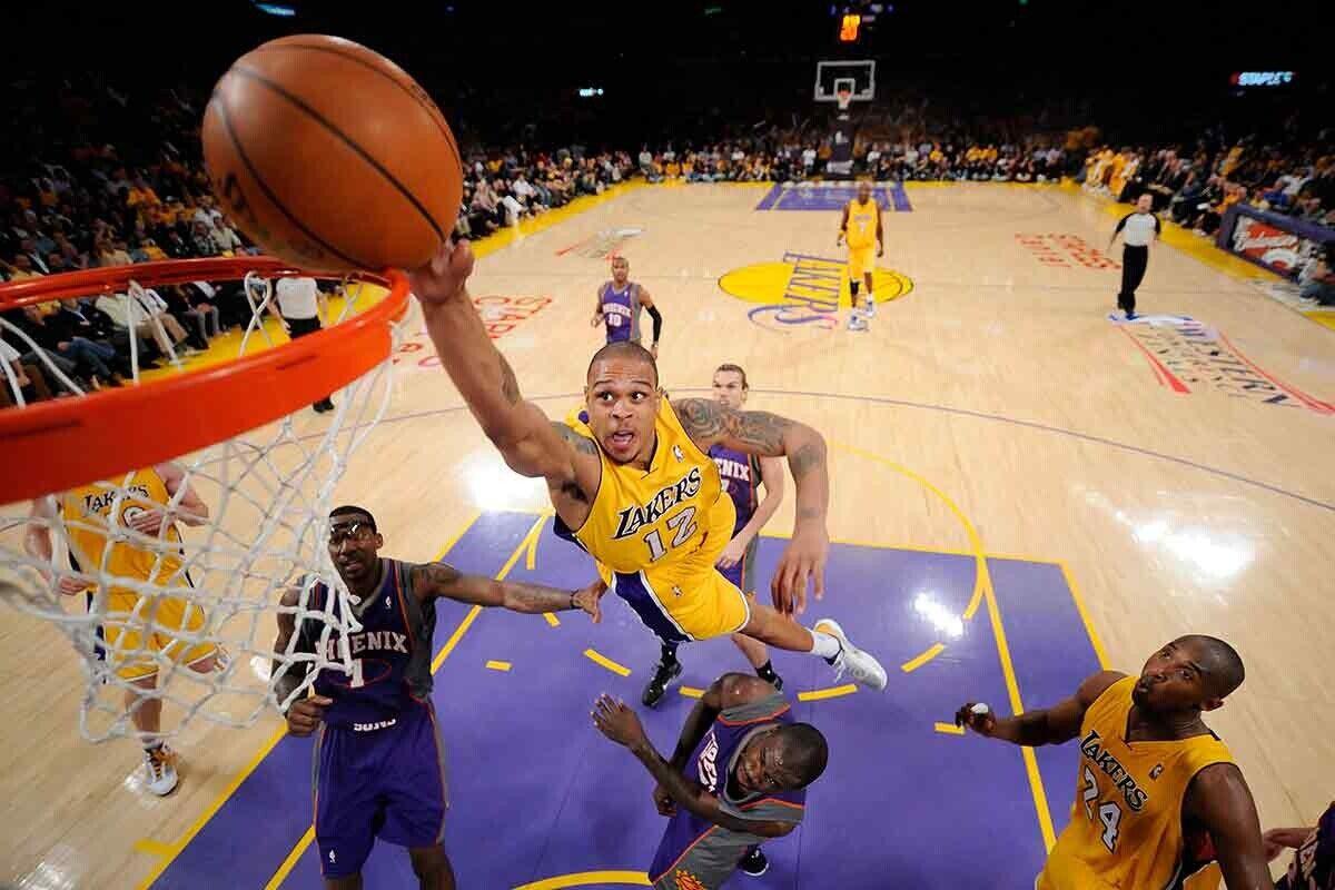 Dejó mates increíbles en su etapa en los Lakers