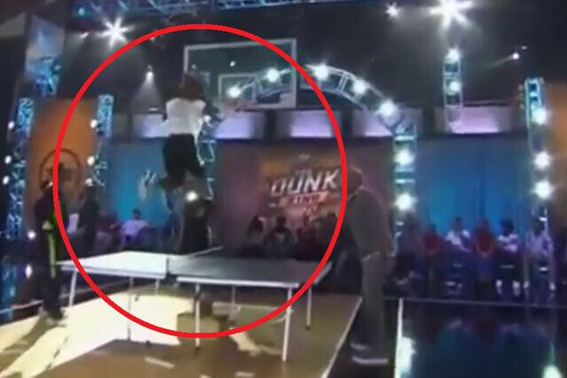 Salta por encima de una mesa de ping-pong y machaca