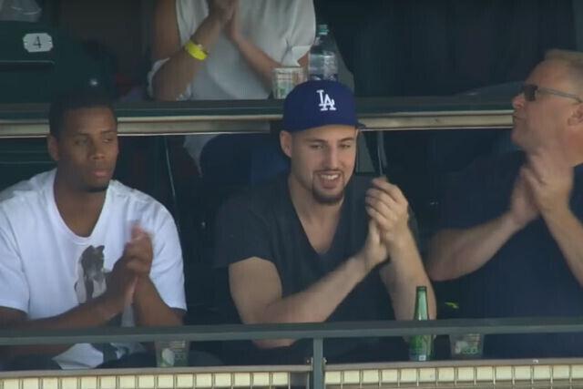 Klay Thompson con una gorra de los Dodgers