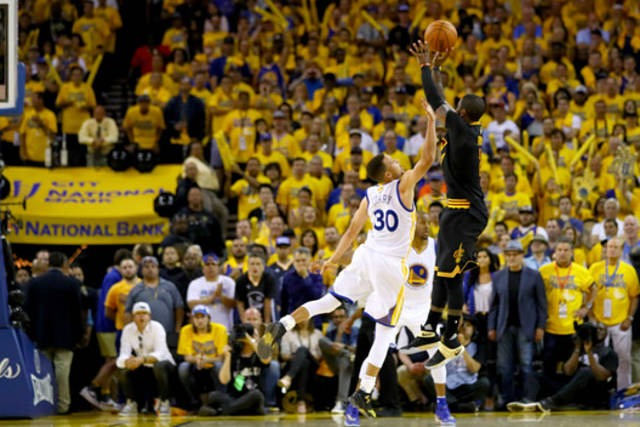 Kyrie Irving anota de tres