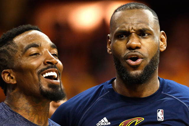 LeBron James y J.R. Smith compartiendo risas