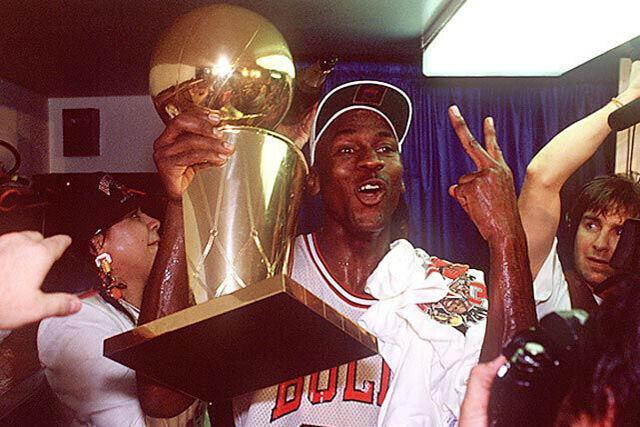 Michael Jordan celebra su segundo anillo