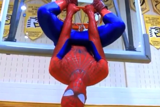 Spiderman se cuelga del aro